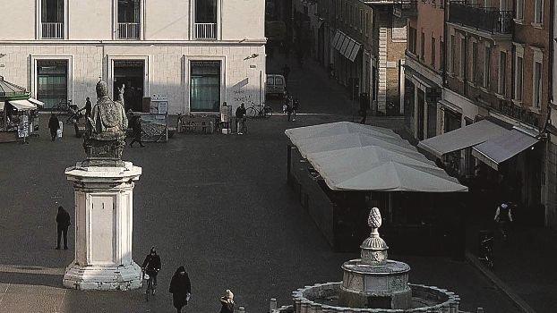 Avvocato pesta clochard a Rimini poi inventa tentata rapina: inchiodato da testimoni