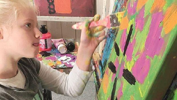 A Faenza le opere di Clara Woods artista 12enne colpita da ictus nel grembo