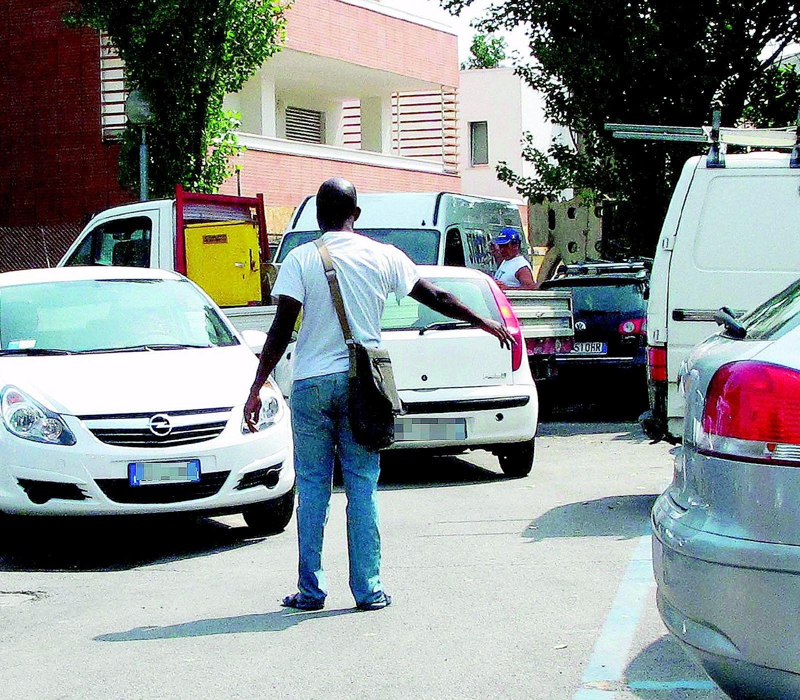 Novafeltria, infastidisce i clienti nel parcheggio e picchia i carabinieri