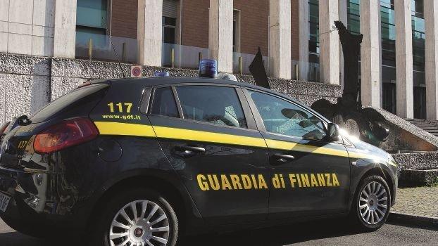 Aiuti a pregiudicato di Cesena, interdetto commercialista di Forlì