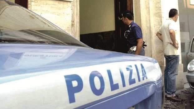 """Rimini, cerca di fermare due """"topi"""" d'auto e viene rapinato"""