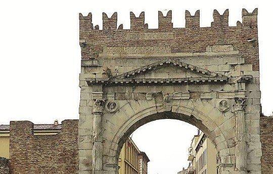 Attempati turisti dalla Croazia in visita a Rimini staccano a martellate frammenti dell'Arco D'Augusto