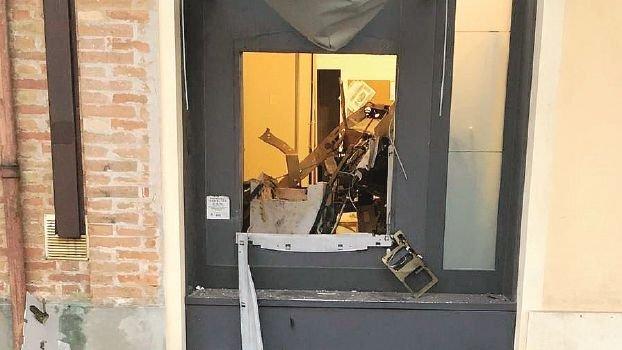 Bancomat sventrato con l'esplosivo, colpo da 30mila euro
