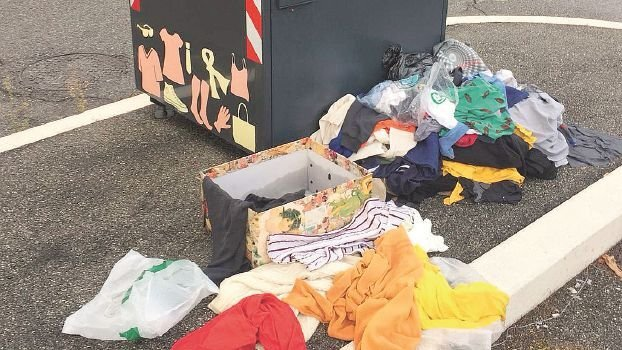 Cesena, rifiuti tra i posteggi per auto vicino alla scuola materna