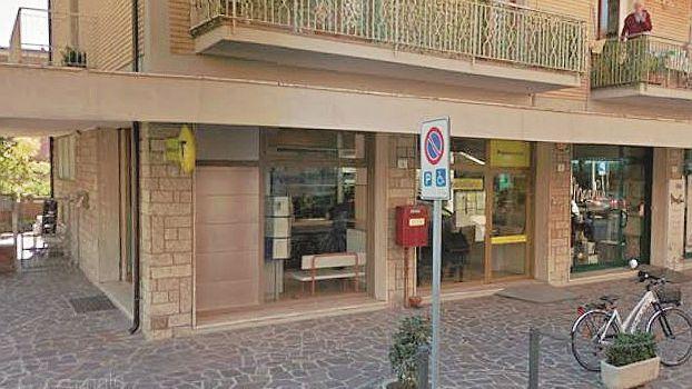 Colpo fallito alle Poste a Rimini, allontanati dai dipendenti, i banditi armati se ne vanno imprecando