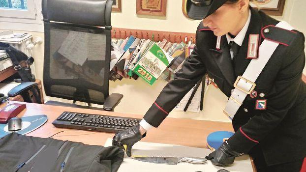 Con una maschera tenta di rapinare due locali: le bariste lo cacciano