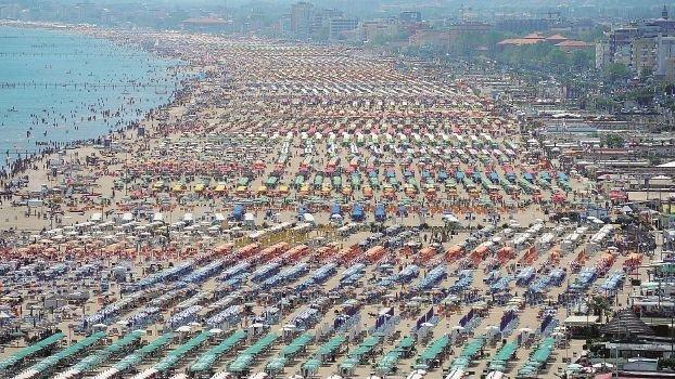 Fino a 70 ombrelloni in più, decine di bagnini di Rimini multati