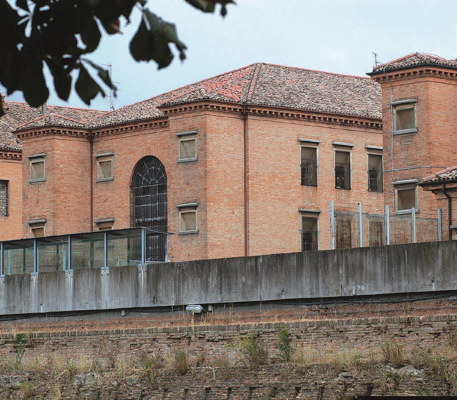 Detenuto aggredisce e ferisce due agenti in carcere a Forlì