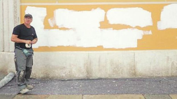 Duomo di Forlì imbrattato, tre mesi per l'ok per cancellare la scritta anarchica sul muro