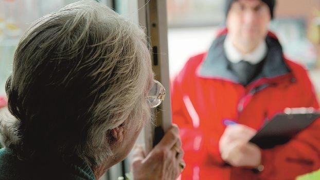 Forlì, simula fuga di gas e ruba soldi e gioielli a due anziane