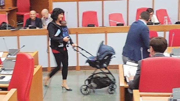 La consigliera regionale del M5s di Rimini Sensoli in aula con figlio, marsupio e passeggino