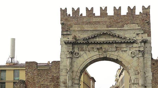 """""""Mega antenna deturpa l'Arco d'Augusto"""". Polemica sullo sfregio a uno dei simboli di Rimini"""