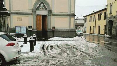 Minaccia di sparare in piazza, intervengono i carabinieri