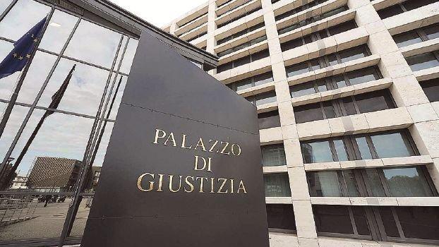 Intasca mezzo milione di polizze dei clienti, condannato a Rimini