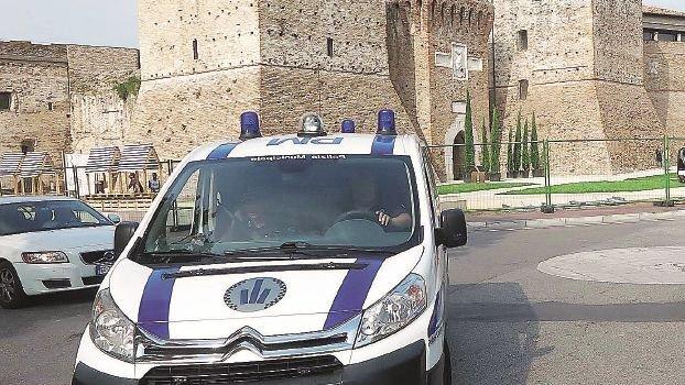 Rimini, due giovanissimi forzano il posto di blocco e scappano