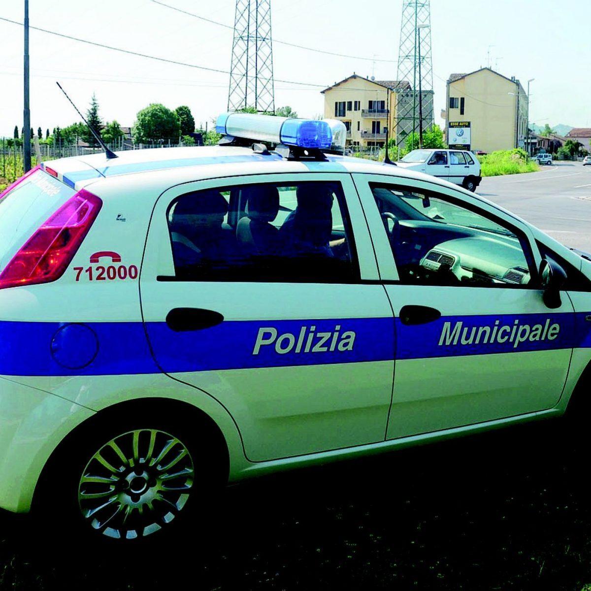 Scassinano un'auto a Savignano: sorpresi dalla polizia municipale