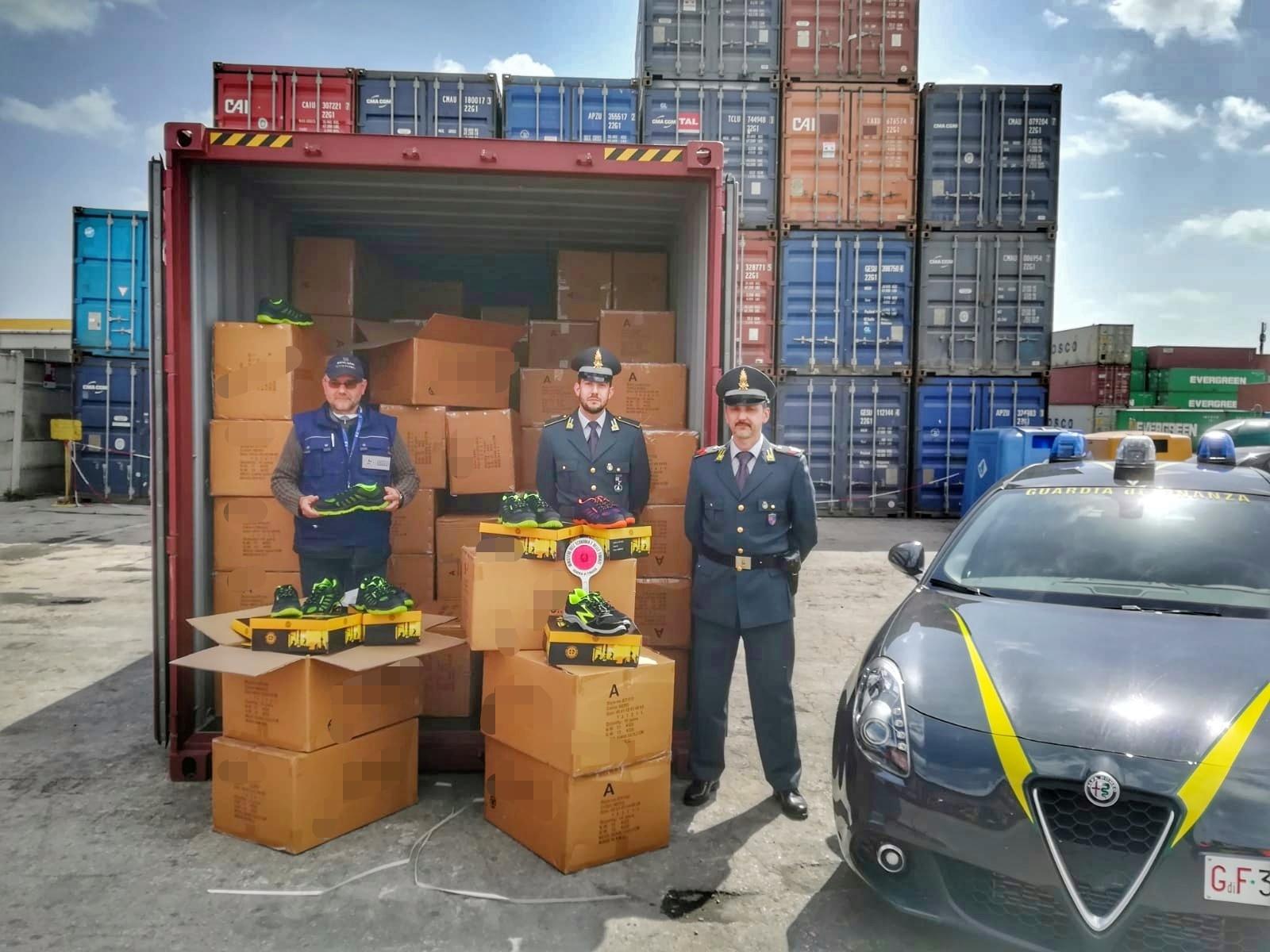 Al porto di Ravenna sequestrate 11.200 scarpe da lavoro non a norma