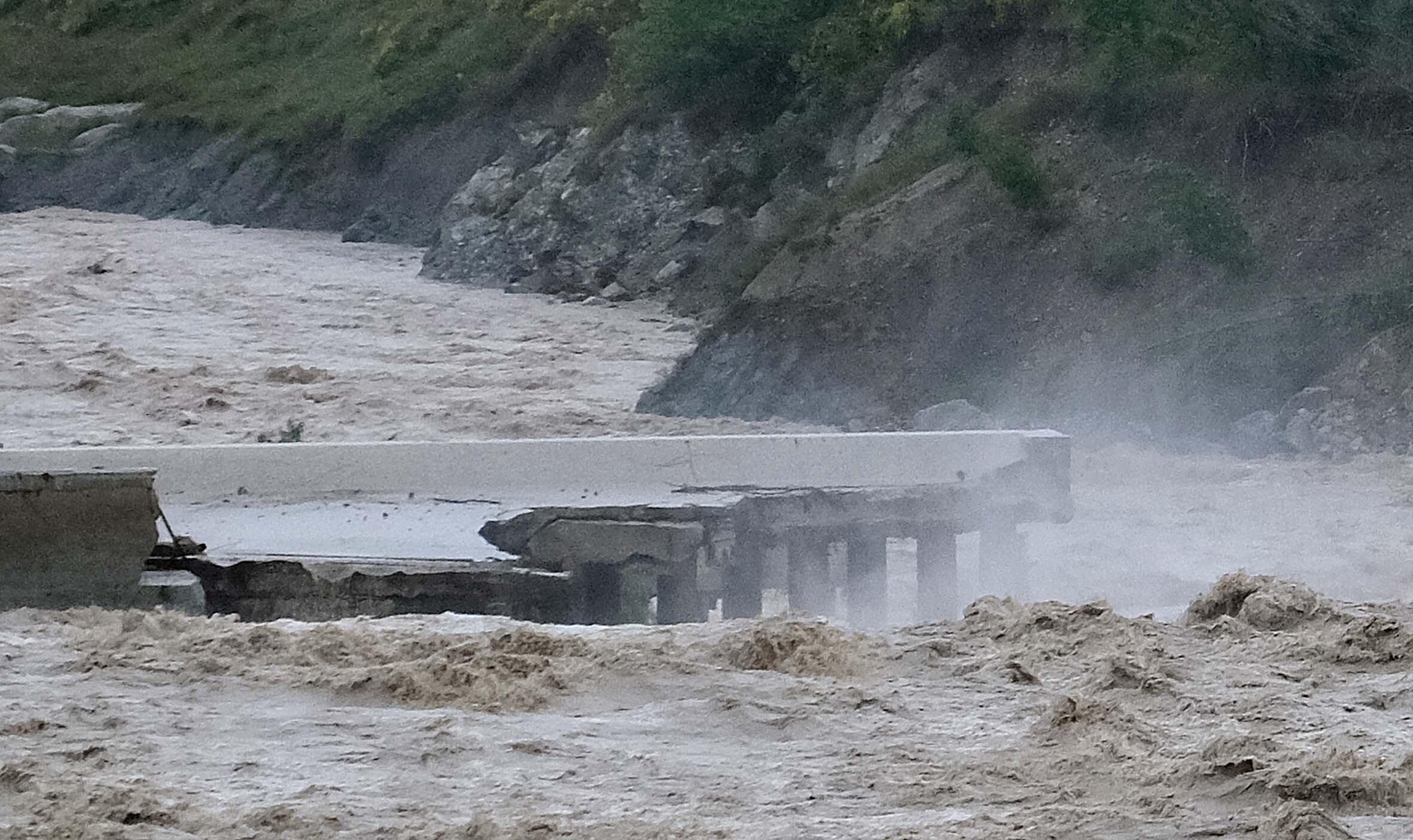 Ponti crollati, fiumi esondati, il foto-racconto del maltempo in Romagna