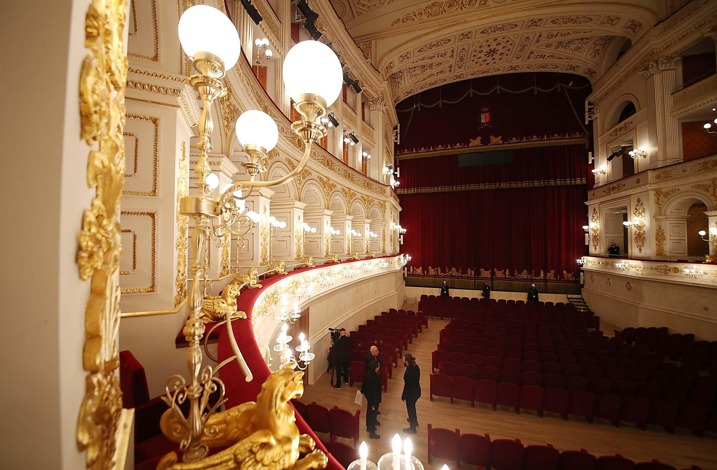 Guerra Turchia, il teatro Galli di Rimini illuminato di rosso