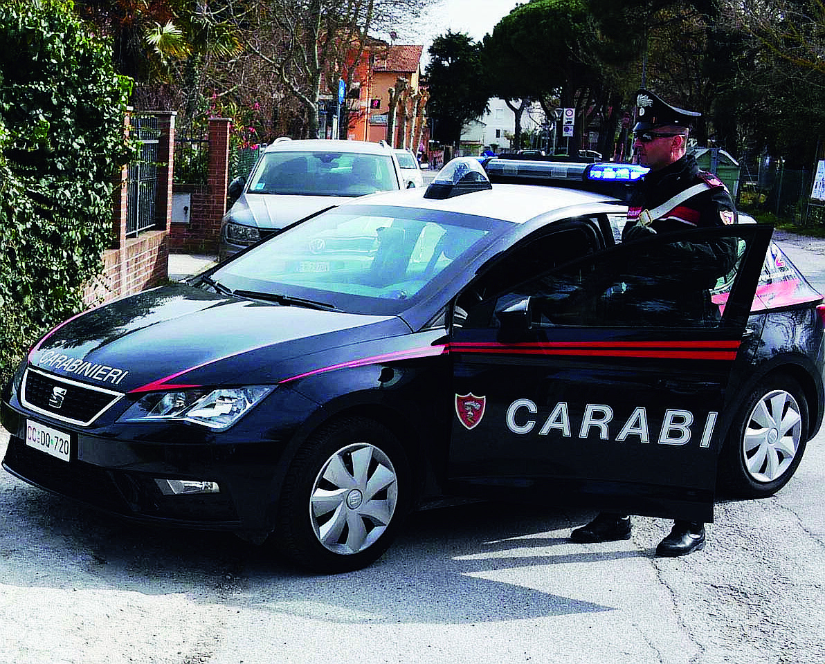 Bellaria, ubriaco sbaglia stanza d'hotel e aggredisce 72enne e carabinieri