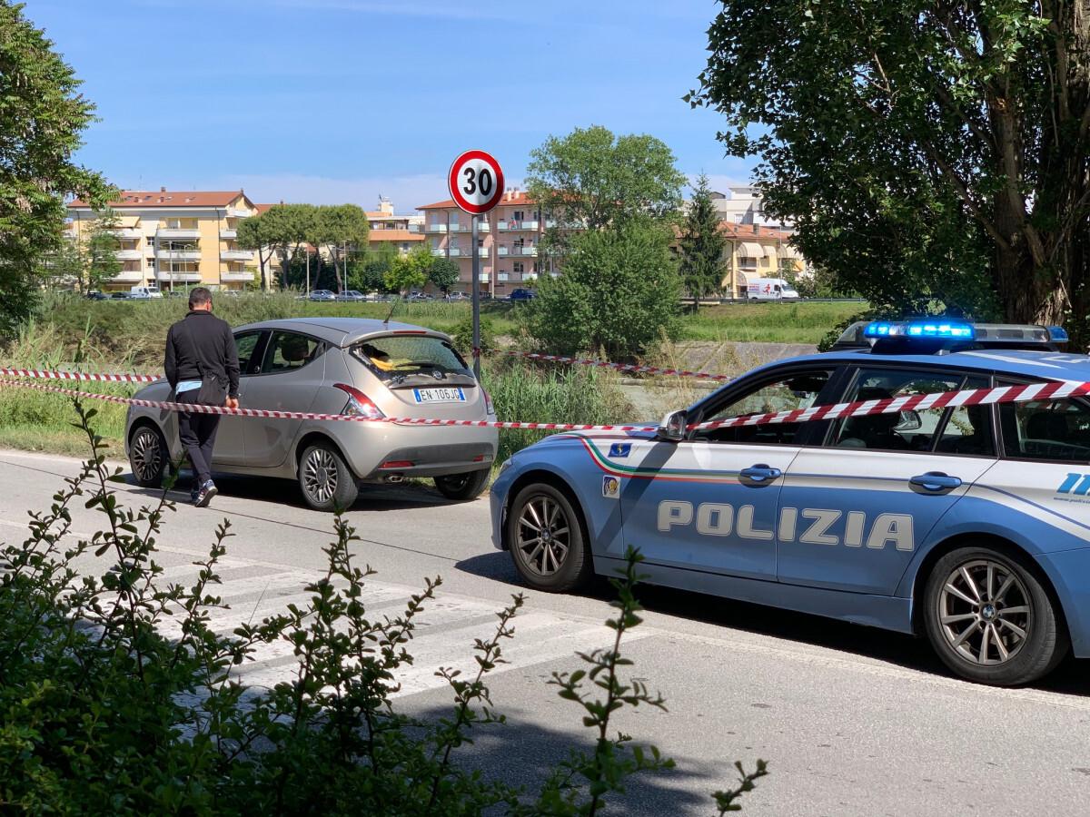 Rimini, auto forza un posto di blocco: inseguimento e spari