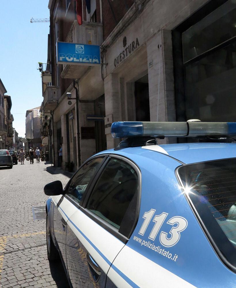 Rimini, cerca di disfarsi della droga nell'auto della polizia. Arrestato