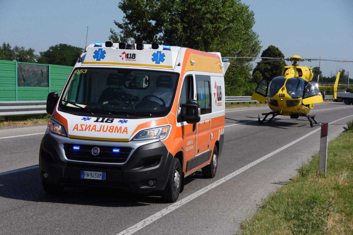 Scontro bici-moto all'alba a Rimini, feriti tre giovani
