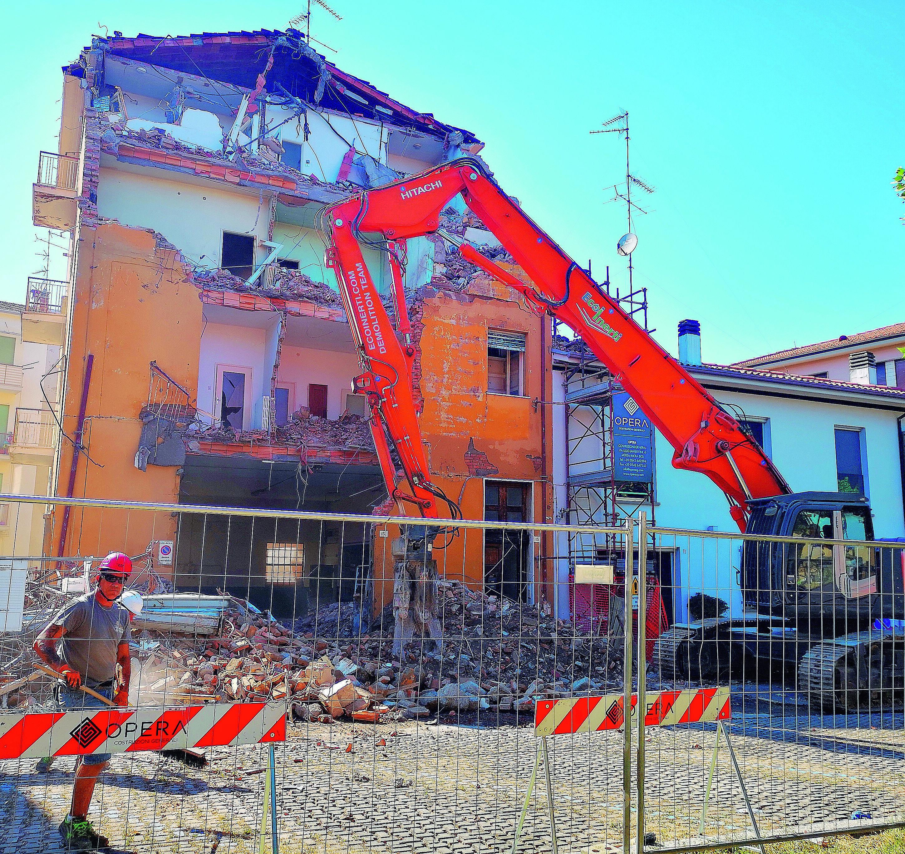 Imola, il negozio di parrucchiera si amplia, demolito palazzo in centro