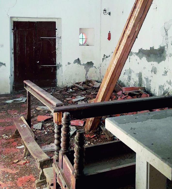 Montescudo - Montecolombo, crolla un pezzo di tetto della chiesa