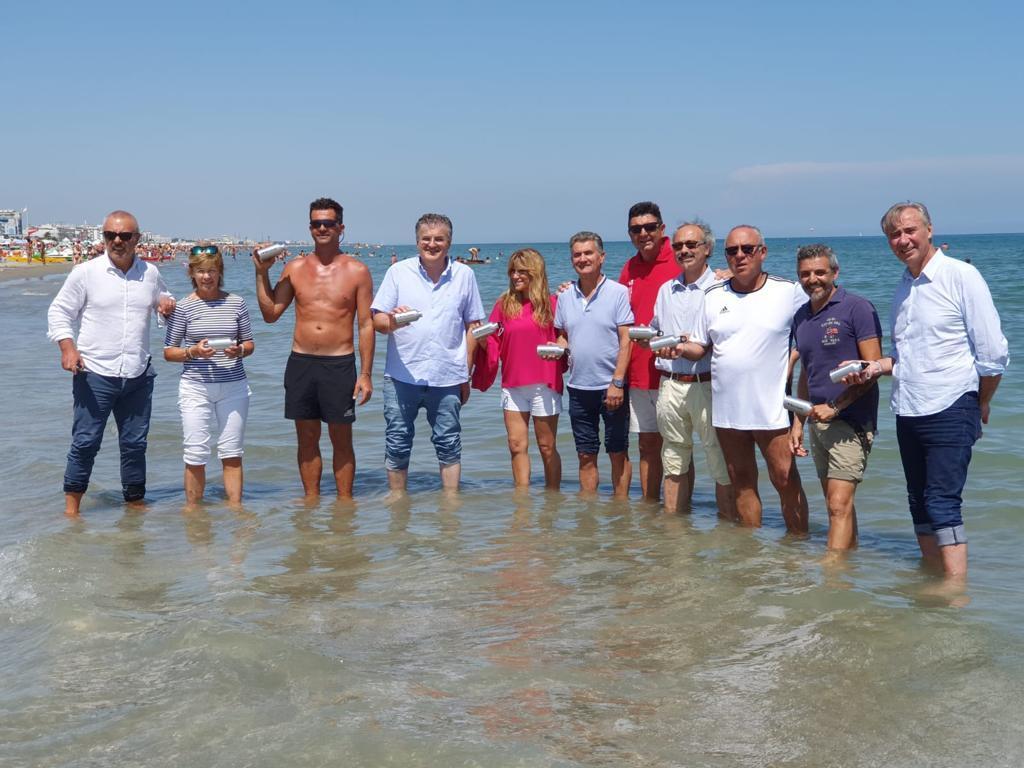 """I presidenti in acqua per la foto verità: """"Il mare di Riccione è ok"""""""