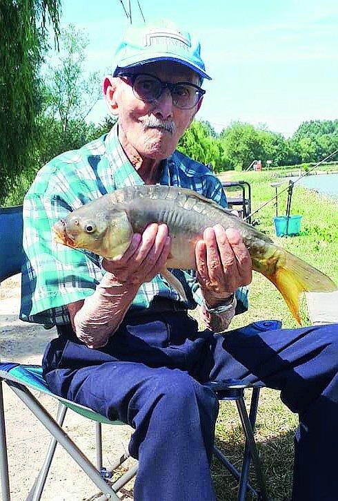"""Brisighella, a 95 anni nonno """"Scarpì""""continua a pescare le carpe"""