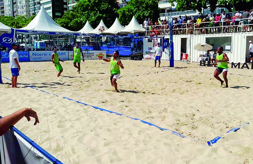 Rimini, in spiaggia i fenomeni brasiliani del Footvolley