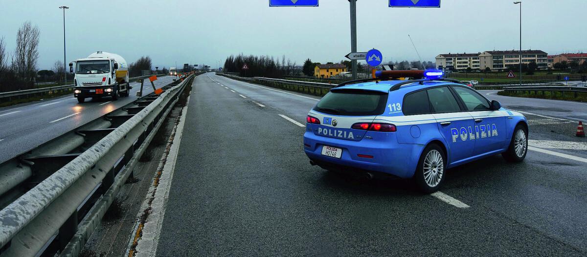 Vuole buttarsi dal viadotto della E45: salvato da motociclista