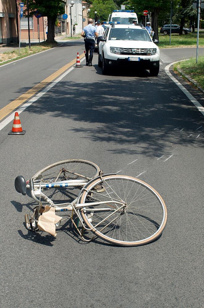 Ravenna, sbatte la testa dopo urto con un'auto. Grave ciclista