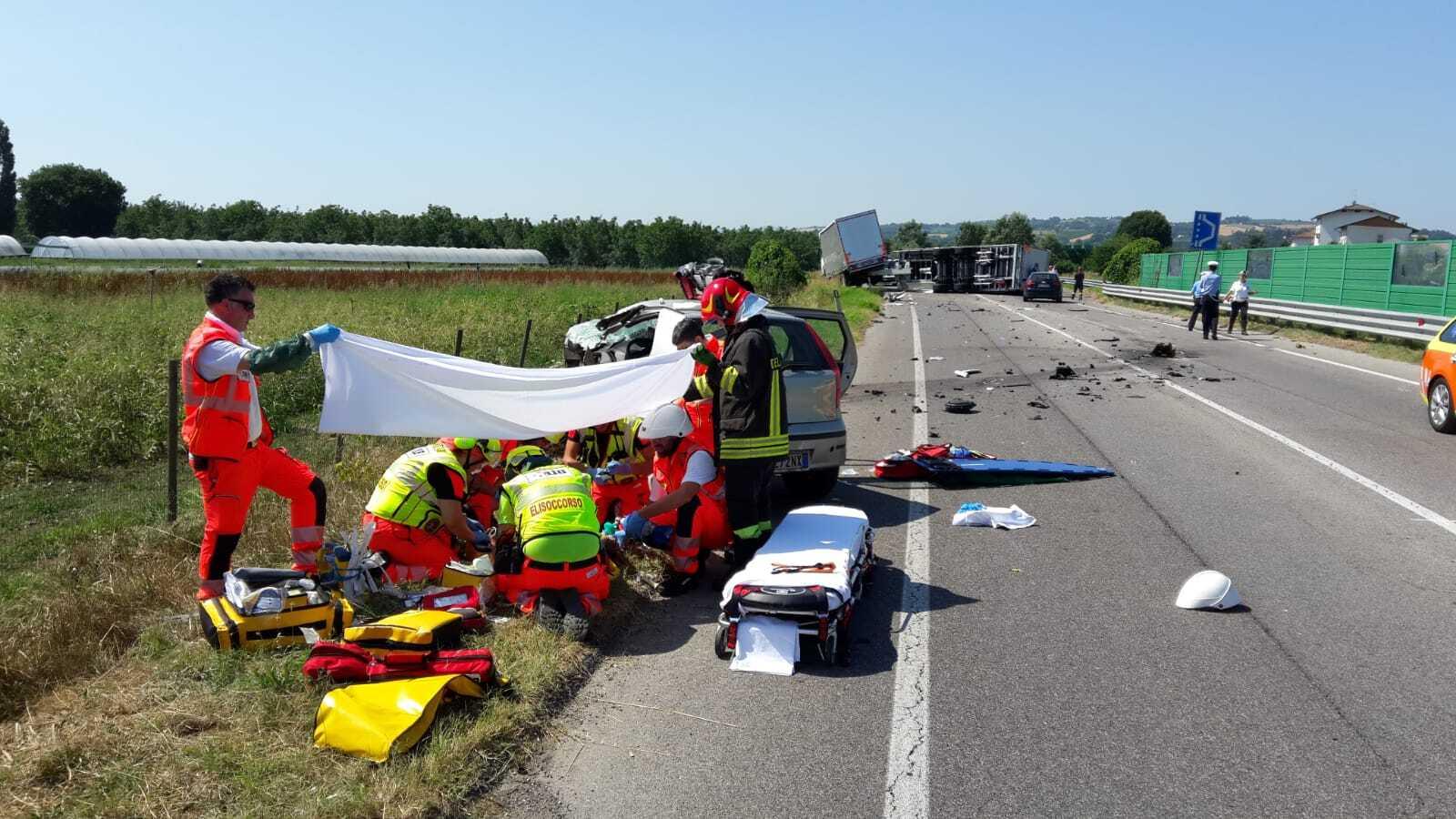 Scontro tra un'auto e un camion sulla tangenziale a Forlì, grave 35enne