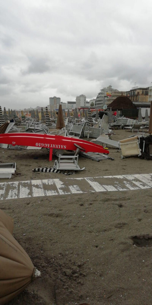 Cervia, il maltempo travolge la spiaggia e fa strage di pini - FOTO E VIDEO