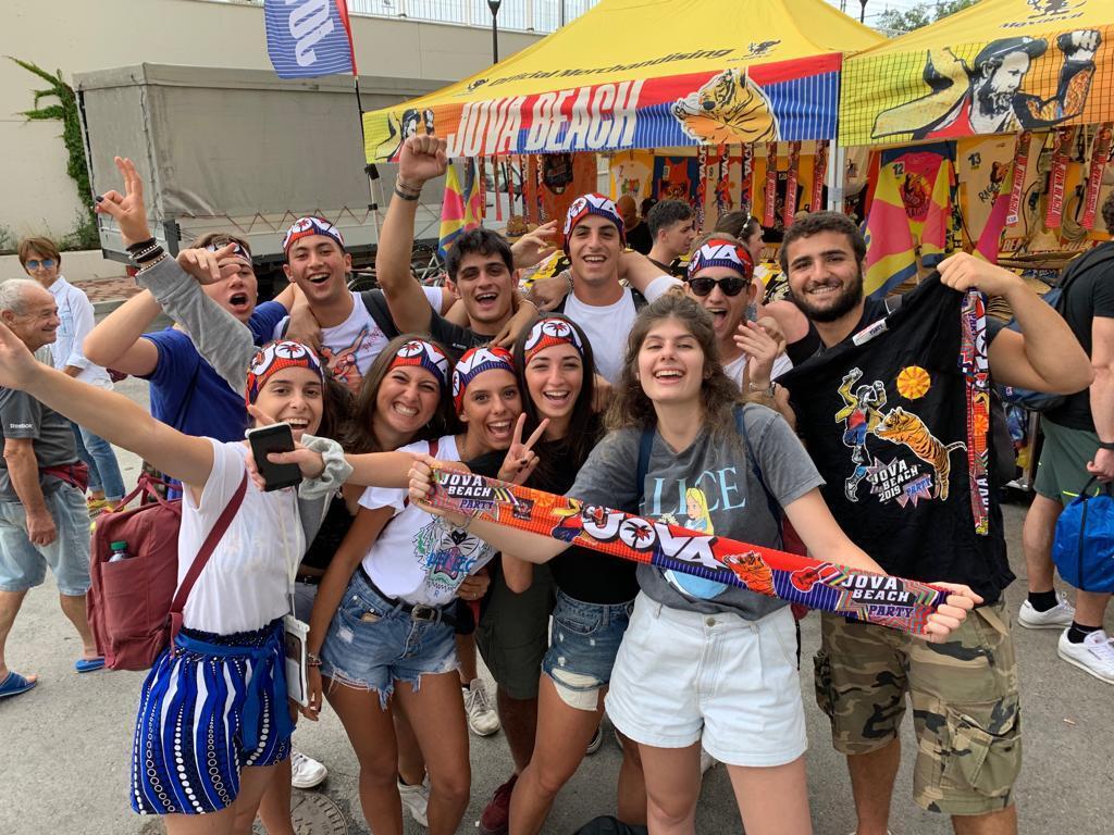 Il maltempo non ferma il popolo del Jova Beach Party a Rimini