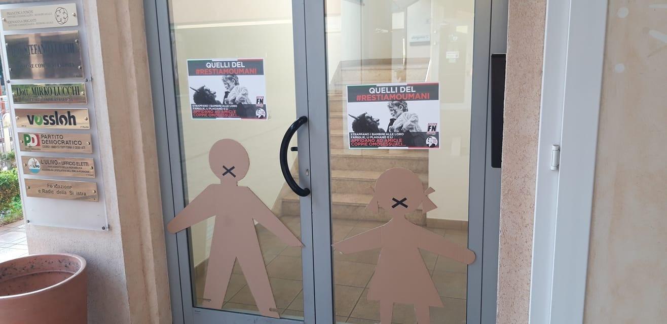 """Sagome davanti alla sede Pd di Cesena: """"bimbi tolti a famiglie dati ai gay"""""""