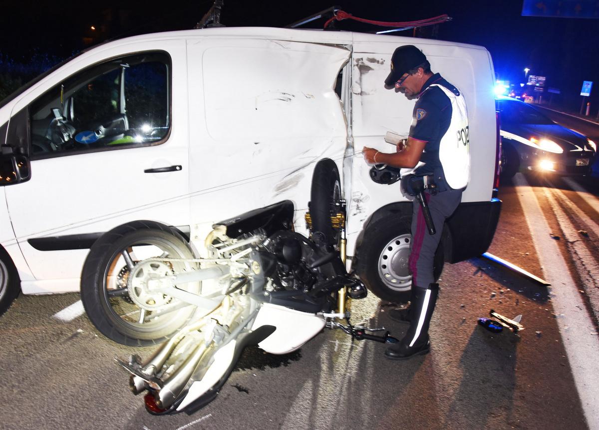 Rimini, schianto in moto contro un furgone: ferito un 48enne