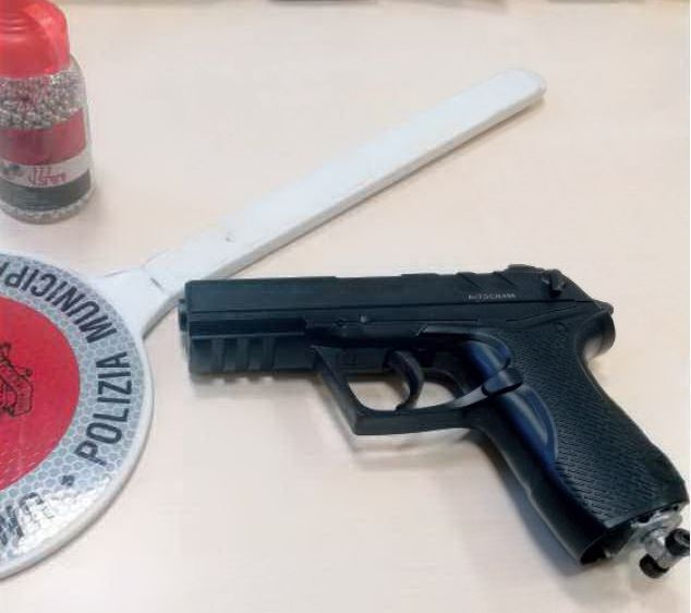 Ravenna, aggredisce agenti e ruba pistola: paura in zona stazione