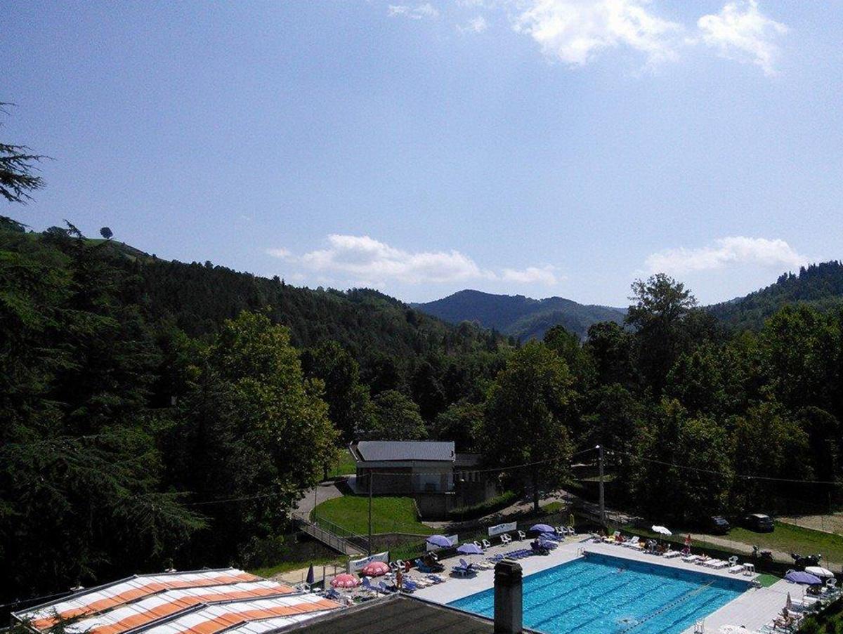 Paura a Rocca San Casciano, 14enne rischia di annegare in piscina