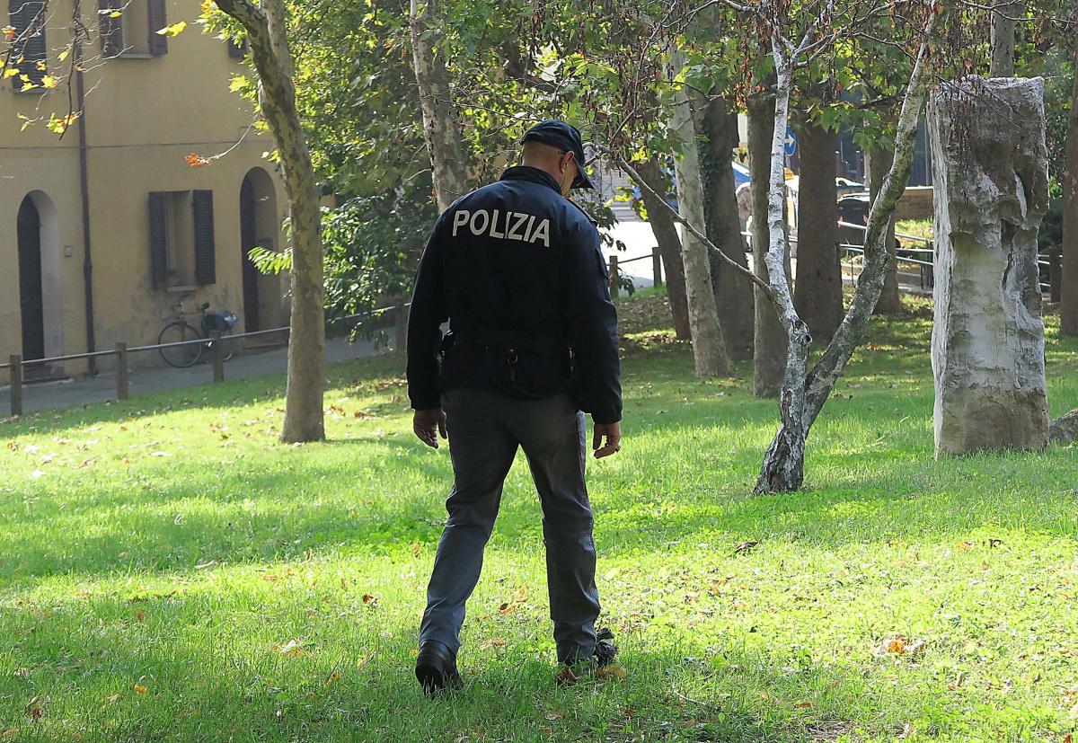 Rimini, trovato morto nel parco: probabile overdose