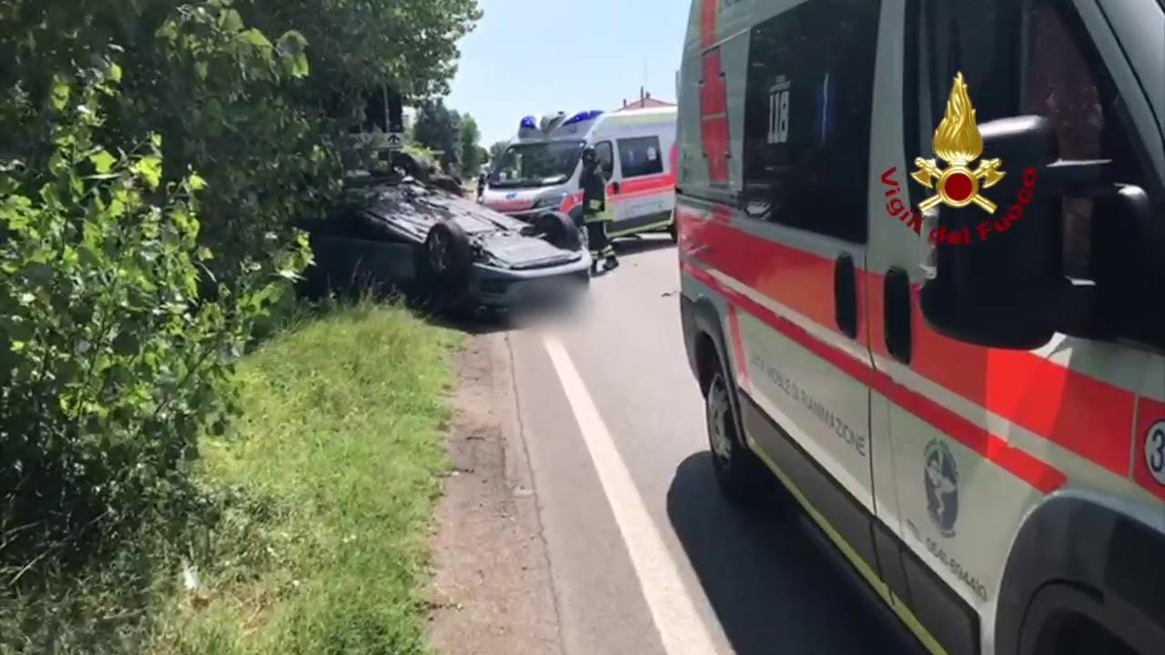 Rimini, scontro sulla statale: auto si ribalta, 3 in ospedale. Video