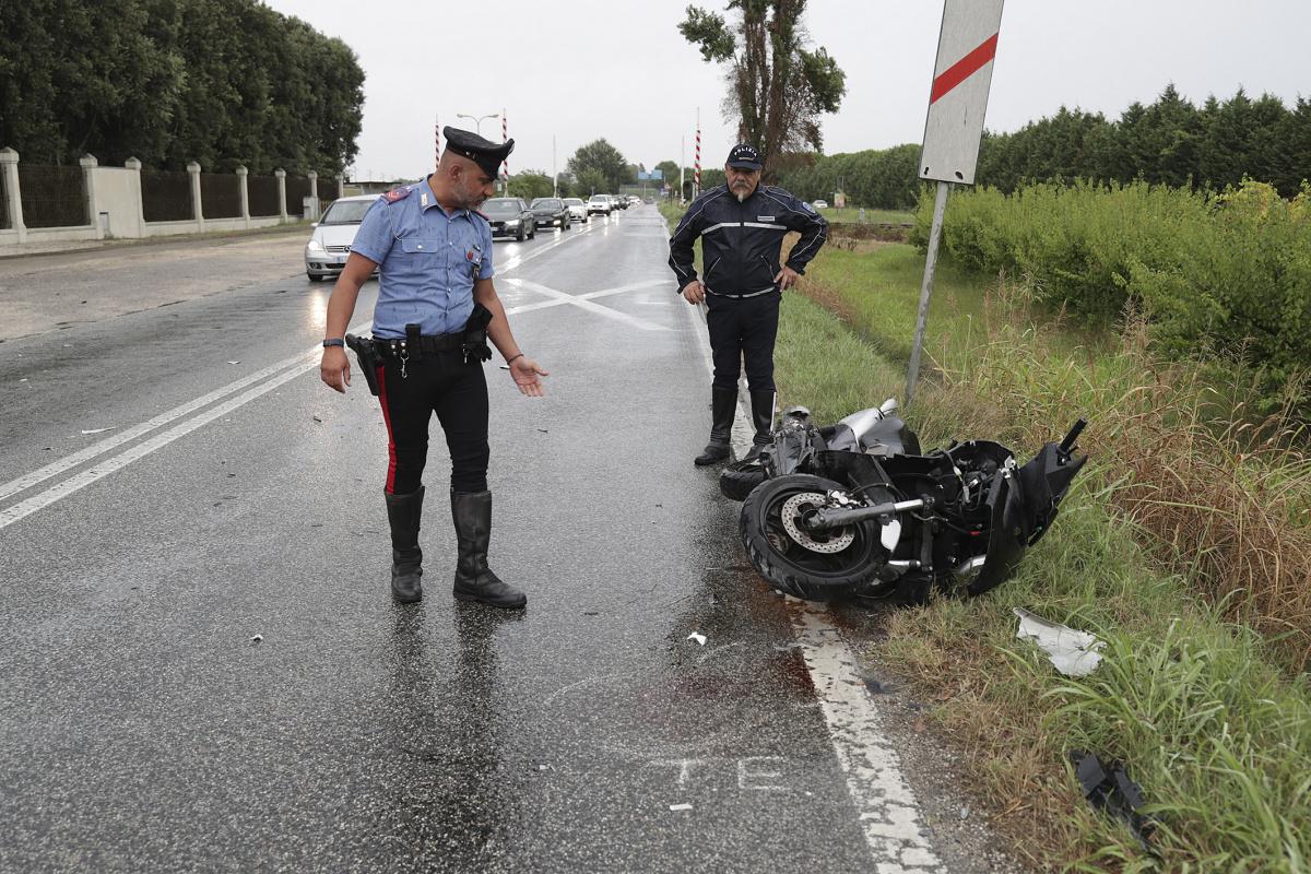 Ravenna, con lo scooter contro un'auto: ferito un giovane