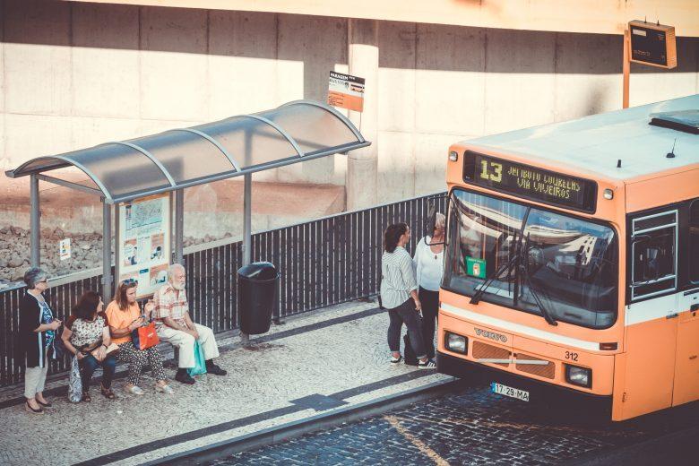 Ubriaco si piazza davanti al bus a Forlì per salire a forza, denunciato