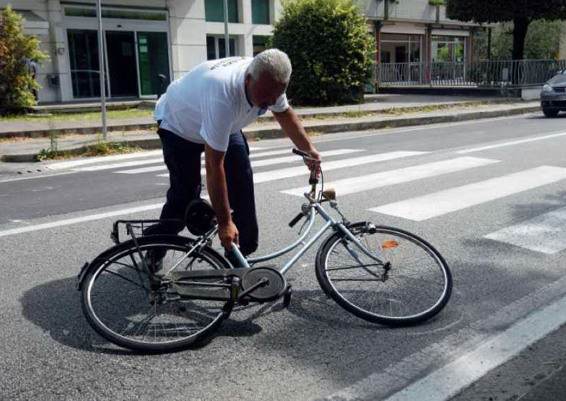 Forlì, investito sulle strisce da uno scooter: grave un 77enne
