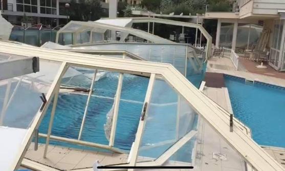 Tromba d'aria a Milano Marittima, danni anche alla piscina di un hotel