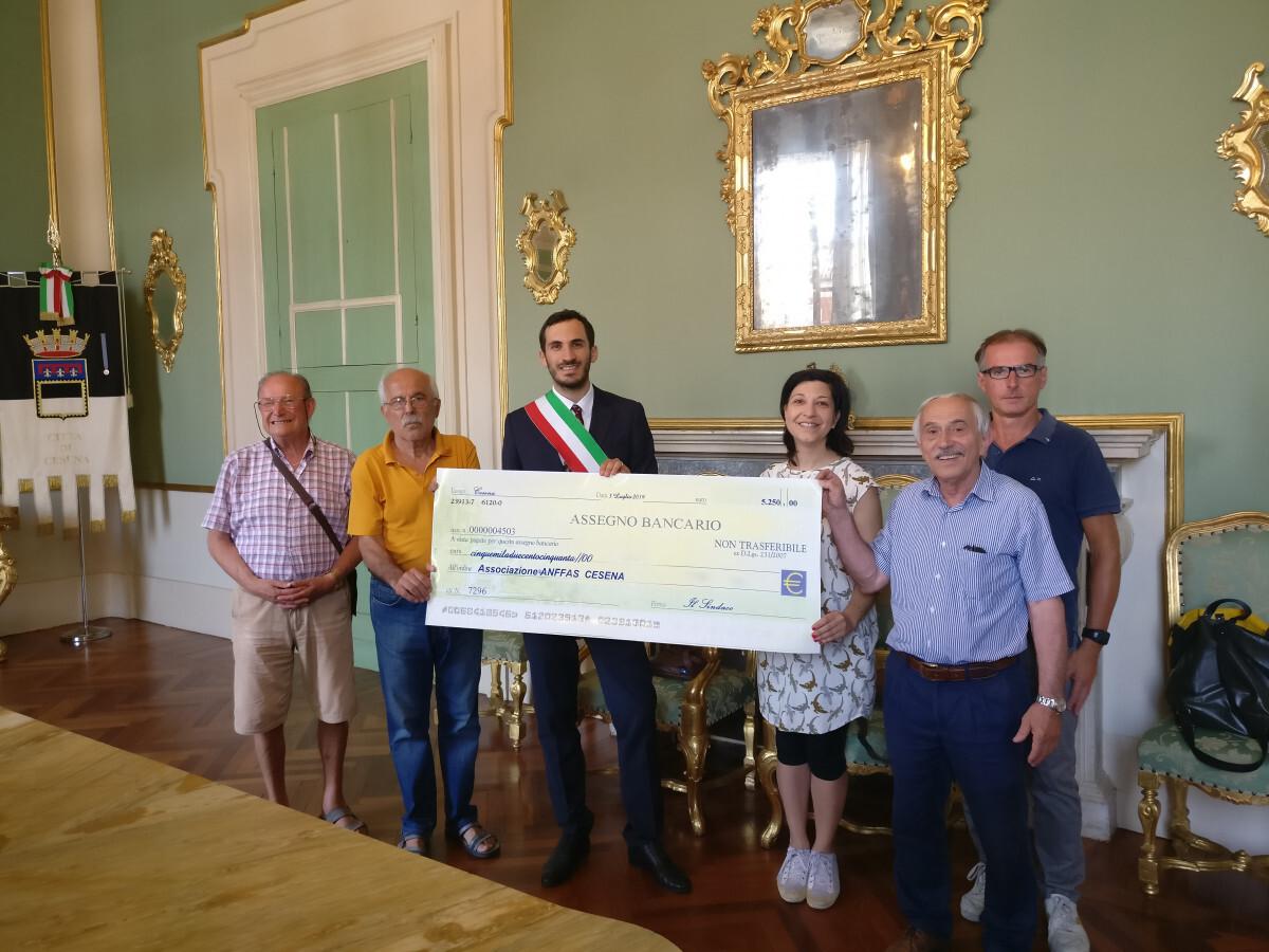 Cesena, un maxi assegno in beneficenza con la Scarpinata solidale