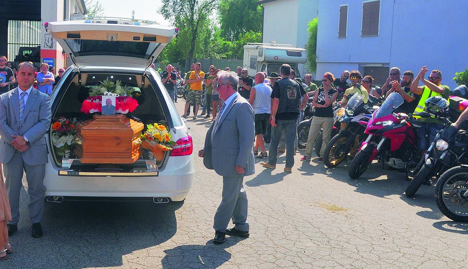 """Lugo, folla e motociclisti per l'addio a """"Fanny"""""""