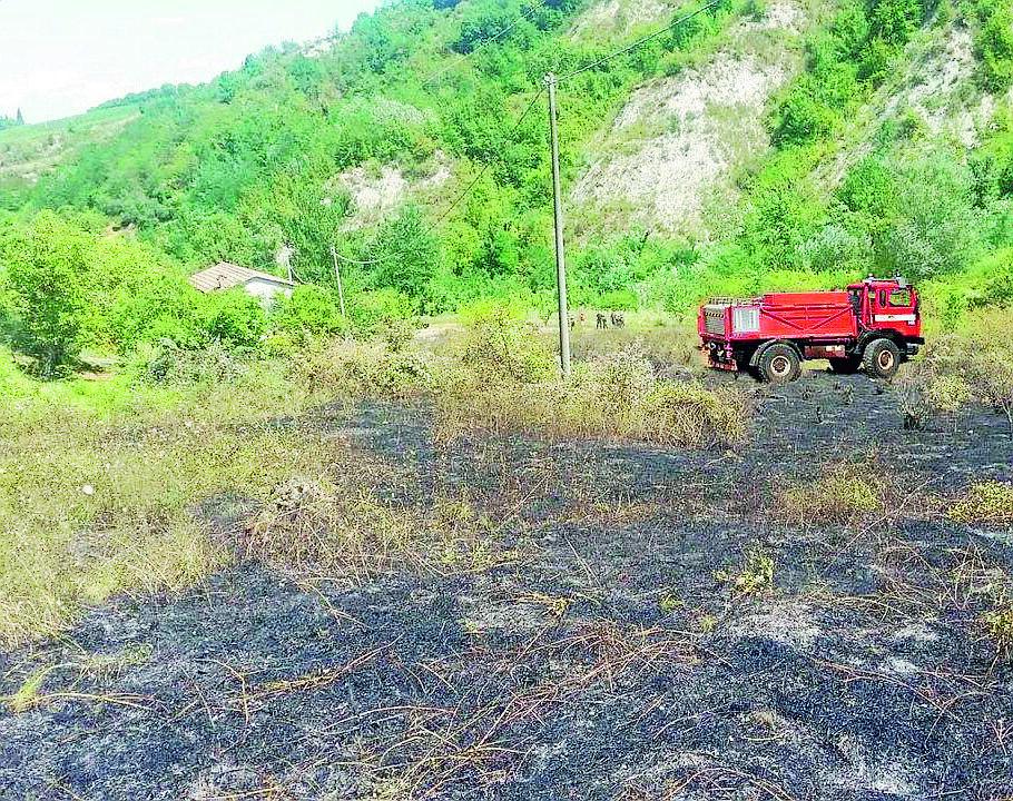 Sterpaglie e rovi in fiamme a Borgo Tossignano